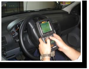 Veículo sendo diagnosticado eletrônicamente