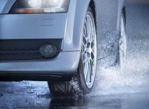 Imagem dos pneus de um carro na chuva
